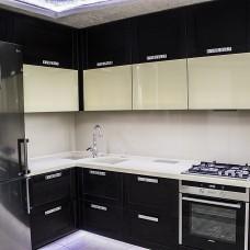 Угловая кухня с фасадами из массива и стеклянными фасадами