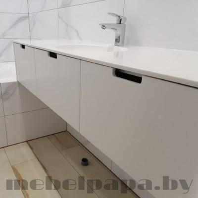 Мебель в ванную с  подвесной тумбой и фасадами из камня